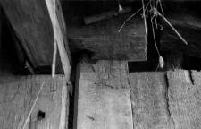 Biegun górny przy drzwiach stodoły