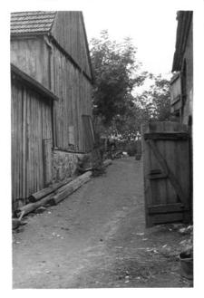 Sposób rozwiazania nierówności terenowych (stodoła ryglowa)
