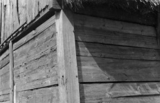 A setting of an eaves in a post-and-plank barn