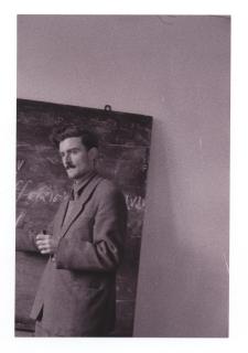 [Stanisław Łojasiewicz przy tablicy] [Dokument ikonograficzny]