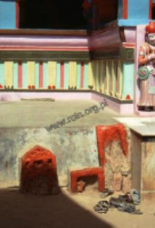 Kapliczka przed wejściem do świątyni Ashapura Mata (Dokument ikonograficzny)