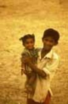 Portret chłopca z siostrą z grupy pasterzy kachchi rabari (Dokument ikonograficzny)