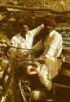 Portret dwóch mężczyzn z motocyklem (Dokument ikonograficzny)