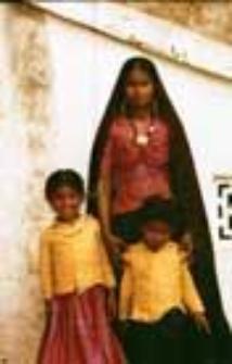 Portret kobiety z dziećmi, kachchi rabari (Dokument ikonograficzny)