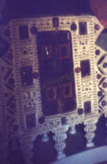 Wnętrze wiejskiej chaty, pasterze kachchi rabari (Dokument ikonograficzny)