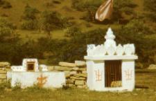 Kaplice przy świątynii Mommai Mata (Dokument ikonograficzny)