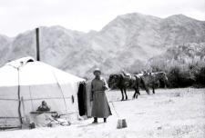 Pasterz przed jurtą
