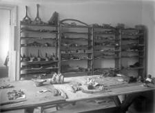Wnętrze pracowni polowej w Gródku : na półkach materiały ze stanowiska II i VII